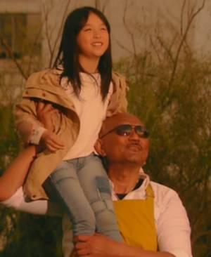 夕日を見つめる(海坊主)ファルコンと幸せの女の子ミキちゃん