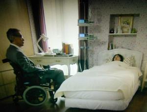 娘の部屋に寝かされ、早川から娘のことを告げられるパイラン