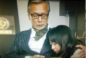 エンジェルハート5話本当の父親のように、早川に抱きつくパイラン