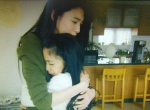 夢ちゃんは、泣きながらシャンインに抱きつく