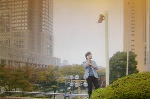エンジェルハート8話、新宿にて、リョウが防犯カメラ越しに冴子と話をするシーン。ロケ地は新宿都庁近く。このカメラは無い模様。