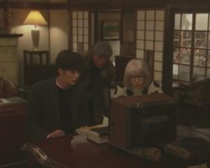 掟上今日子の備忘録第5話、須永フェスタの謎がとけ、パソコンを見つめる今日子・厄介・刑事の3人