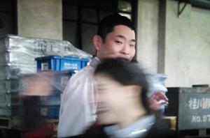 下町ロケット、利菜りなさんは、彼氏まさひこ?の 経理部の迫田滋(今野浩喜)の横を通り過ぎ・・