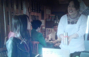 来宮渚(堀北真希)がヤギ汁を補充してもらいました。定食屋さくら(東京築地の本種)2